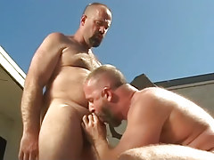 Mature homo sucks his bear boy-friend outdoor